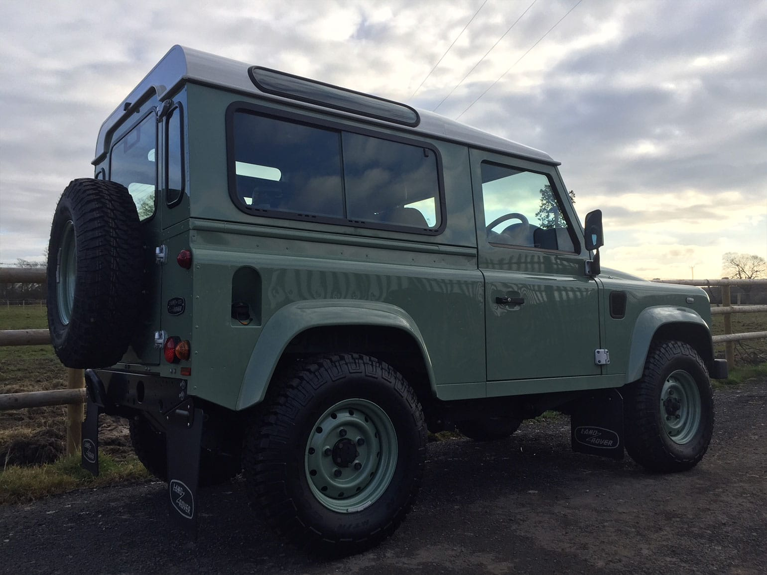 Land-Rover-Defender-90-Heritage-Station-Wagon-02