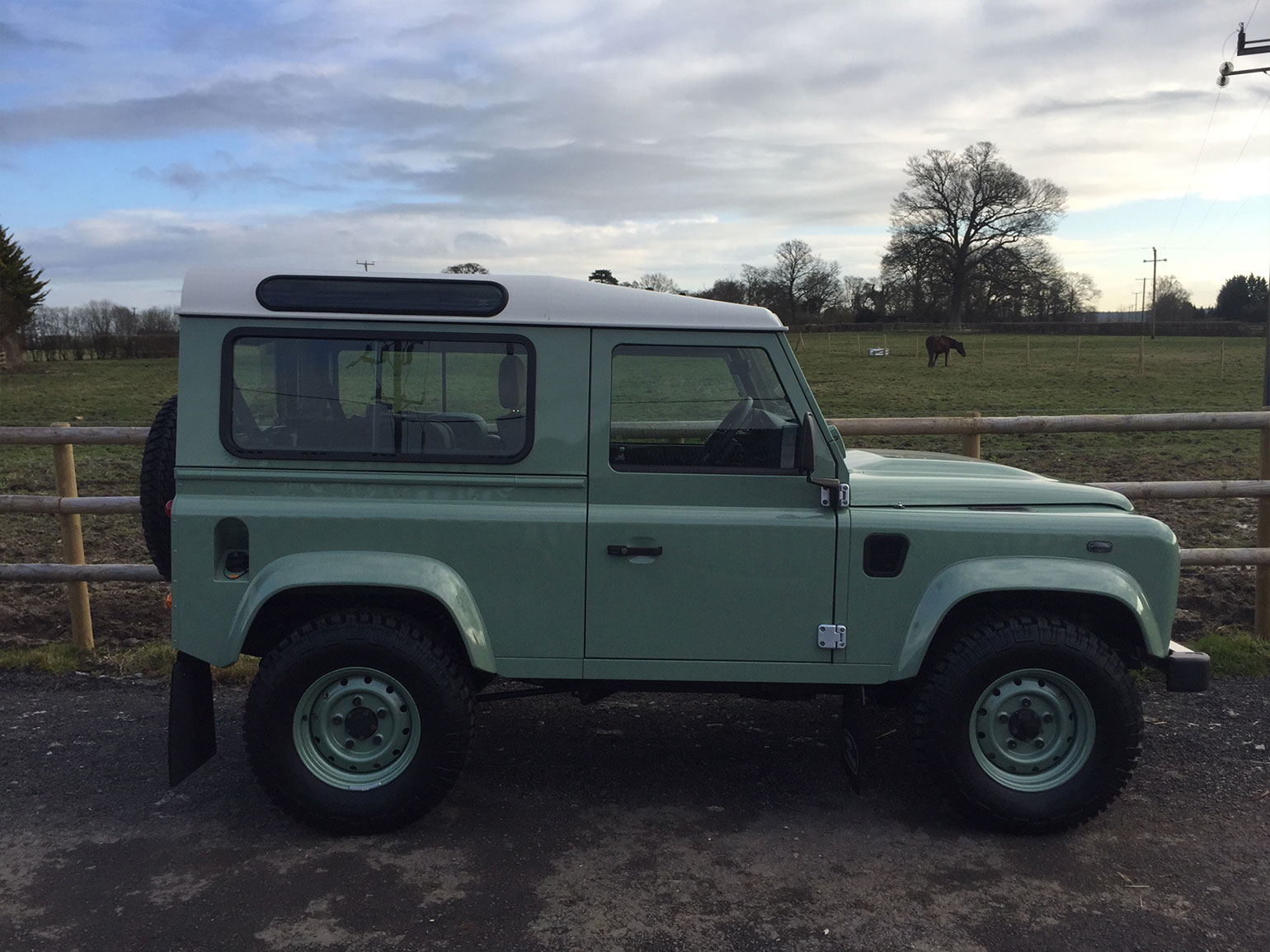 Land-Rover-Defender-90-Heritage-Station-Wagon-03